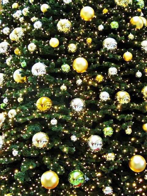 décoration jaune et or sapin de noël